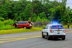 Sayreville NJ USA - Jujy 02, 2018: Blinkende Blaulichter der Polizei am Unfallbeschädigten fahrzeug Lizenzfreie Stockfotos
