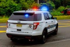 Sayreville NJ usa - Jujy 02, 2018: Milicyjny słóżba ratownicza uszkadzał samochodu sreet z lekkim mruganiem Zdjęcie Stock
