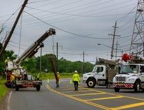 Sayreville NJ usa - Jujy 02, 2018: Robot budowlany zamieniać filary elektryczni druty Po wypadku samochodowego Fotografia Royalty Free
