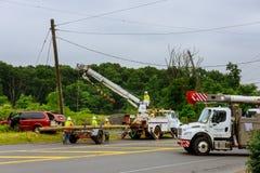 Sayreville NJ usa Jujy 02, 2018: Robot budowlany zamieniać filary elektryczni druty po wypadku samochodowego Obraz Royalty Free