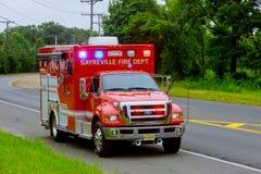 Sayreville NJ usa - Jujy 02, 2018: Słóżba ratownicza uszkadzający samochodu sreet z lekkim mruganiem Fotografia Royalty Free