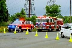 Sayreville NJ USA - Jujy 02, 2018: Skadade bilar för räddningstjänst gatan efter bilkrasch med ljus som blinkar blinkande blå lig royaltyfri foto