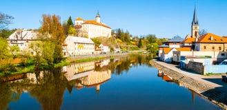 Sazava flod i Ledec nad Sazavou Panoramautsikt med den Ledec slotten och stadskärnan Arkivbild