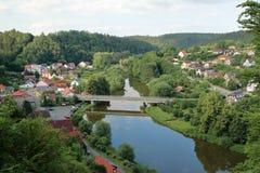 Sazavarivier en het Dorp van Cesky Sternberk, Czechia royalty-vrije stock afbeelding
