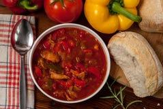 Sazona la sopa con pimienta Foto de archivo