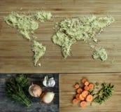 Sazonando bajo la forma de mapa del mundo, cebollas, zanahorias, verdes encendido Fotos de archivo libres de regalías