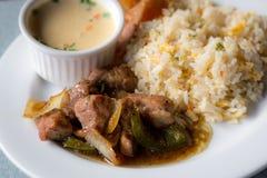 Sazone el cerdo y el arroz con pimienta frito fijados en la tabla Fotos de archivo
