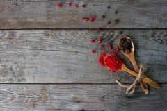 Sazone la mezcla con pimienta en las cucharas de madera en la tabla rústica, especias indias coloridas Imágenes de archivo libres de regalías