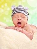 Sbadigli del bambino, 14 giorni Immagini Stock