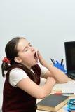 Sbadigli teenager della ragazza dell'allievo non osservante Fotografie Stock Libere da Diritti