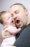 Sbadiglio della figlia del bambino e del padre Fotografie Stock