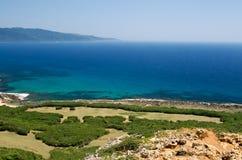 Sbarco verde con il mare blu Immagine Stock