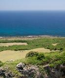 Sbarco verde con il mare blu Fotografia Stock