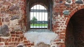 Sbarre di ferro nel vecchio castello sulla porta stock footage