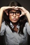 Sbattere le palpebre la copertura della donna con la sua sorveglianza delle mani Fotografie Stock