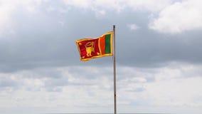 Sbattimento della bandiera dello Sri Lanka nel vento archivi video