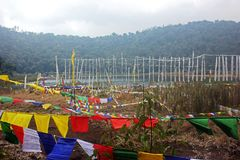 Sbattimento delle bandiere di preghiera nel lago Khecheopalri nel Sikkim Immagine Stock