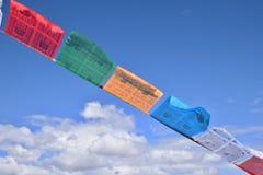 Sbattimento tibetano delle bandiere di preghiera nel vento Immagine Stock