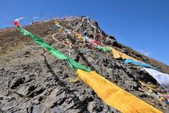 Sbattimento tibetano delle bandiere di preghiera nel vento Fotografie Stock Libere da Diritti