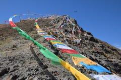 Sbattimento tibetano delle bandiere di preghiera nel vento Fotografia Stock Libera da Diritti