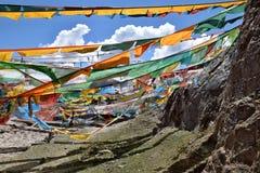 Sbattimento tibetano delle bandiere di preghiera nel vento Immagini Stock Libere da Diritti