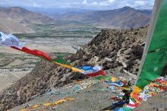 Sbattimento tibetano delle bandiere di preghiera nel vento L'Himalaya nei precedenti Fotografia Stock Libera da Diritti