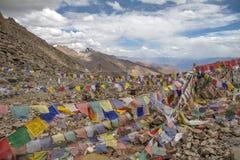 Sbattimento variopinto delle bandiere di preghiera in vento Passaggio di Khardung, Ladakh, I Fotografia Stock Libera da Diritti