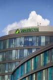 Sberbank在捷克总部大厦的公司商标2016年6月18日的在布拉格,捷克共和国 免版税图库摄影