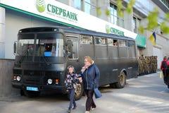 Sberbank Войска стоят предохранитель против протестующих Стоковые Изображения RF