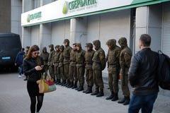 Sberbank Войска стоят предохранитель против протестующих Стоковое Изображение