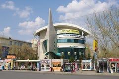 Омск, Россия - 1-ое мая 2015: взгляд здания офиса Sberbank на Krasniy положил улицу Стоковые Фото