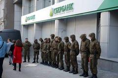 Sberbank Militär steht Schutz gegen Protestierender lizenzfreie stockfotografie