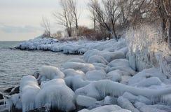 Sbiadire luce solare sul ghiaccio della riva Immagine Stock