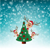 Sbirciata della renna da dietro l'albero di Natale Immagine Stock Libera da Diritti