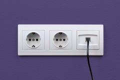 Sbocchi di Internet ed elettrici sulla parete Immagini Stock