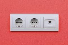 Sbocchi di Internet ed elettrici sulla parete Fotografia Stock Libera da Diritti