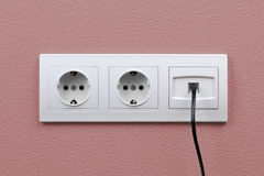 Sbocchi di Internet ed elettrici sulla parete Immagini Stock Libere da Diritti
