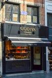 Sbocco di Godiva, un produttore del cioccolato belga, tartufi e regali di festa, al ramo di Manneken Pis a Bruxelles, il Belgio Immagini Stock Libere da Diritti