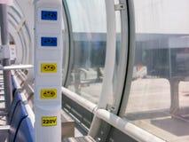 Sbocco elettrico in aeroporto brasiliano - 110V 220V - aeroporto del dumont di Santos Fotografia Stock