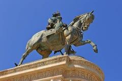 SBronze rid- staty av Vittorio Emanuele från Vittoriano det monumentala altaret i Rome Fotografering för Bildbyråer