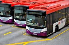 在公共汽车总站新加坡的公开通勤者公共汽车 库存照片
