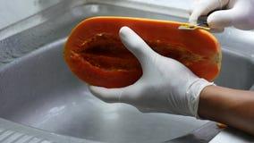 Sbucci la papaia matura con un coltello tagliente video d archivio