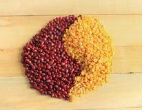 Sbucciato - i fagioli spaccati della soia con i fagioli rossi hanno fatto il simbolo di Yin Yang Fotografie Stock Libere da Diritti