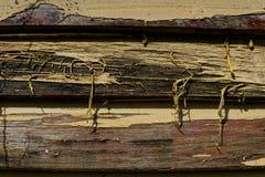 Sbucciatura gialla della pittura dalla tavola di copertura immagine stock