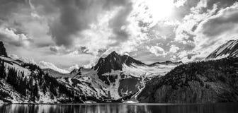 Scène épique étonnante monochrome de montagne de Snowmass Photo stock
