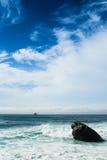 Scène austère d'océan de roche Photographie stock libre de droits