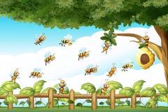 Scène avec des abeilles volant autour de la ruche illustration libre de droits