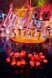 Scène avec des parapluies sur l'étape et sur l'eau Images stock
