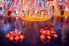 Scène avec des parapluies sur l'étape et sur l'eau Photo libre de droits