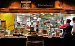 Scène célèbre de cuisine de restaurant de Roslein de bratwurst image libre de droits